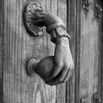 puerta-antigua-con-llamadora